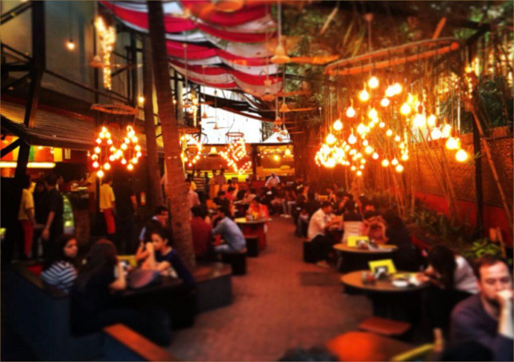 Hình ảnh của một nhà hàng đông người và nhộn nhịp